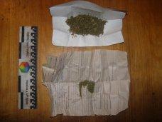 Наркотики, Житель Сак хранил дома наркотики и оружие