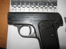 Оружие, Крымская пенсионерка принесла в милицию пистолет времен войны