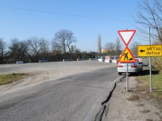 На выезде из Симферополя перекрыли участок трассы