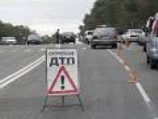 ДТП, В Симферополе «Мерседес» столкнулся с грузовиком и легковушкой