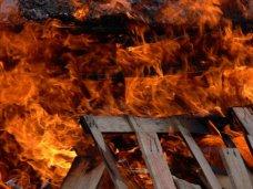 Пожар, В Белогорске сгорела крыша одноэтажного дома