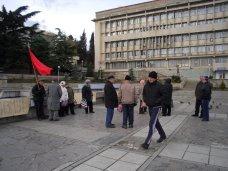 политическая ситуация в Украине, Алуштинские коммунисты митингуют против сноса памятника Ленину в Киеве