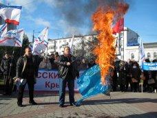 политическая ситуация в Украине, В Симферополе в знак протеста сожгли флаг ЕС