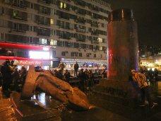 политическая ситуация в Украине, Президиум ВР АРК назвал снос памятника Ленину варварством