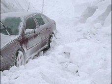 На Ай-Петри в снегу застрял автомобиль