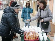 Курение, В Симферополе некурящим прохожим предлагали кексы и горячий чай