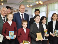 Книги которые нас воспитали, Крымский премьер в Симферополе презентовал школьникам книги на четырех языках