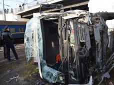 ДТП, В Севастополе грузовик упал с железнодорожного моста