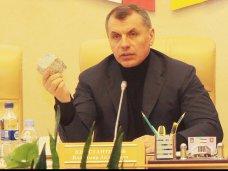 политическая ситуация в Украине, Крымский спикер продемонстрировал, чем кидают в милицию в Киеве
