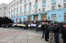 , В Симферополе выстроили живую цепь на входе в Совмин