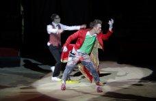 Цирк, Киевский цирк привез в Симферополь динозавров и льва Папы Римского