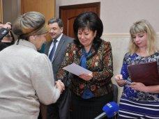 В Симферополе выпускники компьютерных курсов для пенсионеров получили сертификаты