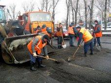 В Симферополе приступили к латанию дорог