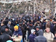 От сердечного приступа у здания парламента Крыма умер человек