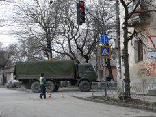 По Симферополю разъезжают военные машины