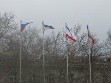 В центре Симферополя развеваются российские флаги