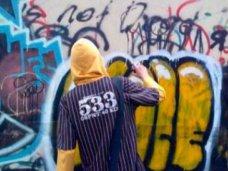 Жителя Керчи задержали за граффити на заборе