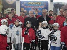 В Симферополе российский хоккеист встретился с юными спортсменами
