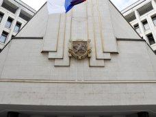 В Симферополе сняли буквы с фасада Госсовета