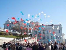 В Севастополе запустили в небо воздушные шары цветов российского флага