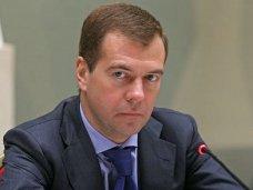 Российский премьер посетил школу и больницу в Симферополе