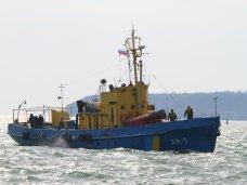 На двух катерах МЧС в Керчи подняли флаг России