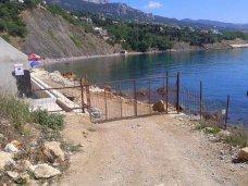 В Крыму самооборона спилит все заборы на пути к морю