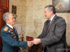 Премьер Крыма в Симферополе вручил российские паспорта ветеранам