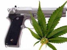 Житель Алушты хранил дома наркотики и оружие