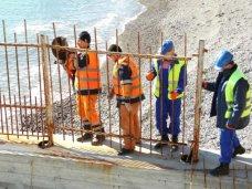 В Крыму начали сносить незаконные преграды к морю