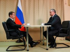 Медведев обсудил с премьером Крыма проблемы курортного сезона