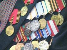 В Симферополе ветераны войны и труда получили памятные знаки