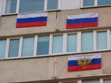 На балконах в Евпатории развесят флаги России