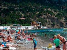 На пляжах курортных поселков Крыма растет число туристов