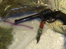 Житель Алушты хранил в своем доме револьвер и наркотики
