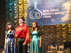 В Симферополе наградили памятными медалями семьи-долгожители