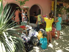 Детсад Симферополя передал гуманитарную помощь беженцам