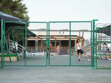 В Кореизе на пляже появился недавно снесенный забор