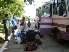 Симферопольские депутаты и предприниматели передали тонну гуманитарной помощи беженцам в Мазанке