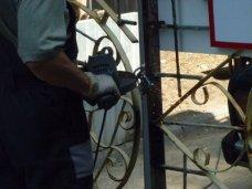 На Массандровском пляже демонтировали ворота
