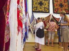 В Севастополе открылась выставка «Русская шаль»