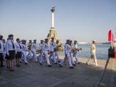 Севастополь торжественно отметил День Военно-морского флота России