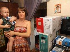 Многодетная семья получила компьютер от Совета министров РК