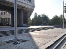 Возле здания Госсовета Крыма установили флагштоки