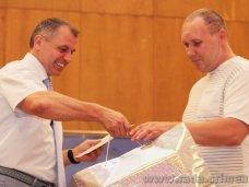 Глава парламента Крыма вручил свидетельства о рождении двум семьям в Симферополе