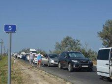 Водителей по пути на Керченскую переправу предупреждают запастись топливом