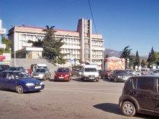 В Алуште ограничили въезд на стоянку возле горсовета