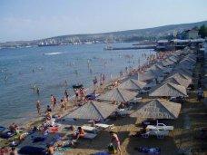 В Феодосии предприниматель незаконно занял территорию пляжа летним кафе