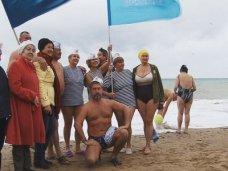 В Саках любители зимнего плавания открыли 30-й сезон