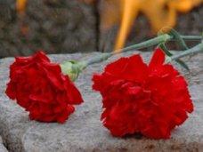 В Симферополе состоялась торжественная церемония возложения венков и цветов к Вечному огню, приуроченная ко Дню Неизвестного солдата